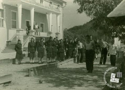Pazniški kader v prostem času leta 1952 pred pazniško stavbo. Arhiv MNZS.