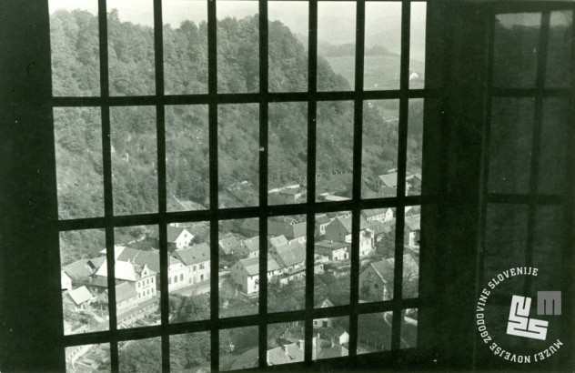 Pogled na Brestanico skozi zaporniške rešetke. Foto Ladka Likar Kobal, 1966. Arhiv MNZS.