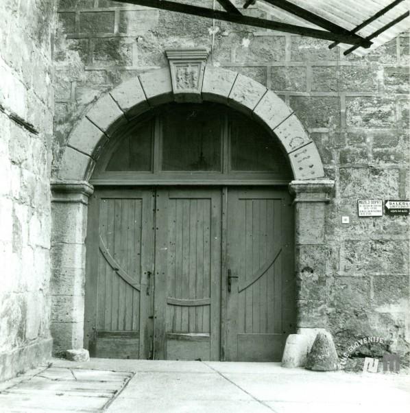 Lesena vhodna vrata v grad že iz časa delovanja KPD. Arhiv ZVKDS, 1975.