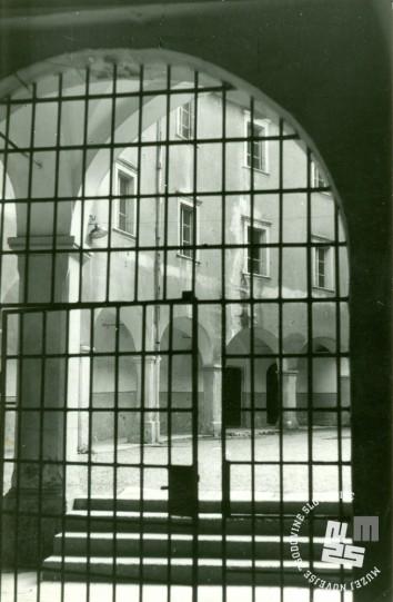 Notranja železna zaporniška vrata KPD. Foto Ladka Likar Kobal, 1966. Arhiv MNZS.