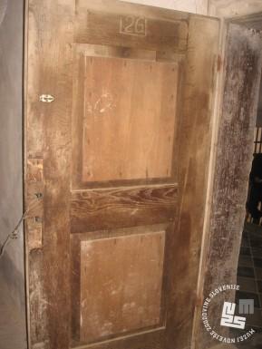 Vhodna vrata v zaporniško sobo št. 26 v prvem nadstropju gradu. Arhiv MNZS.