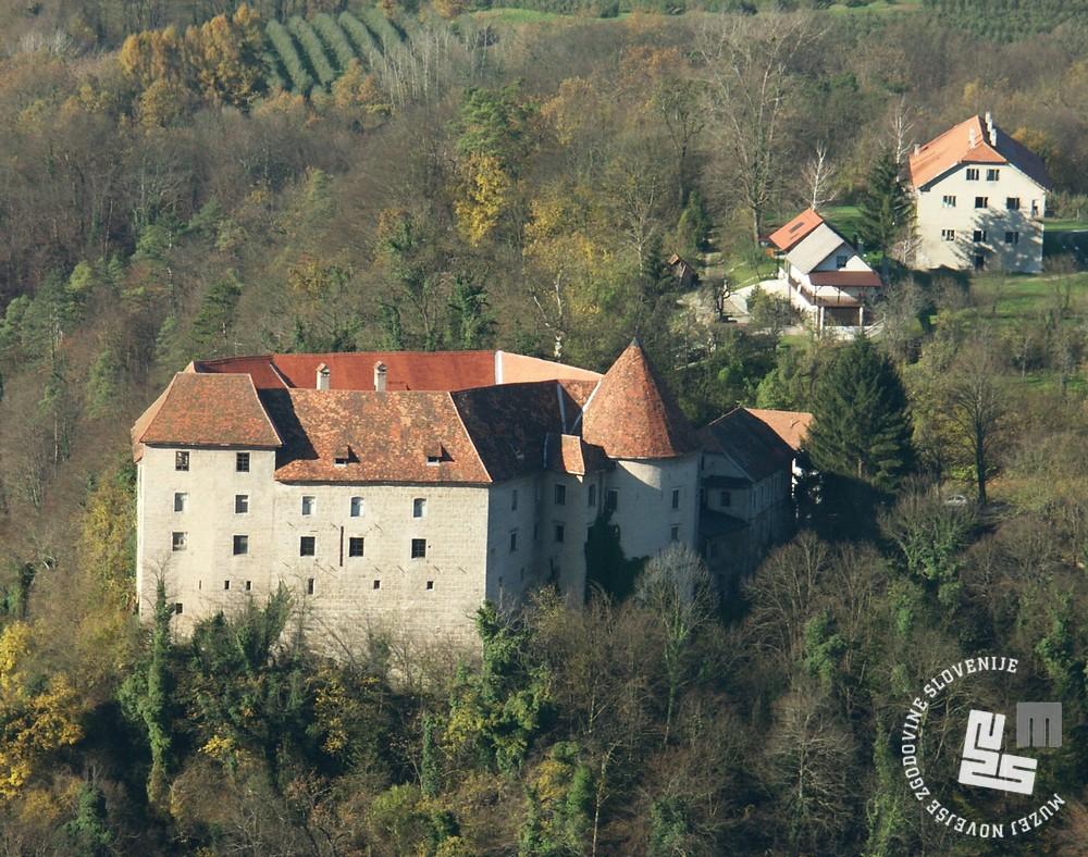 Grad Rajhenburg in okoliški objekti kazensko poboljševalnega doma. Foto Goran Rovan, 2004.