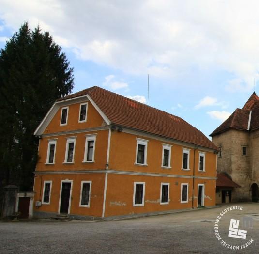 Stavba pred gradom, v kateri so bili upravni prostori KPD in prostor za obiske. Foto Goran Rovan, 2008.