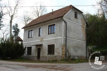 V tej stavbi so bili najprej upravni prostori, leta 1955 pa so v njej uredili porodnišnico za obsojenke. Foto Goran Rovan, 2008.