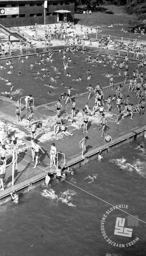 DE2276_11: Kopalci na kopališču Mariborski otok, junij 1962. Foto: Svetozar Busić.