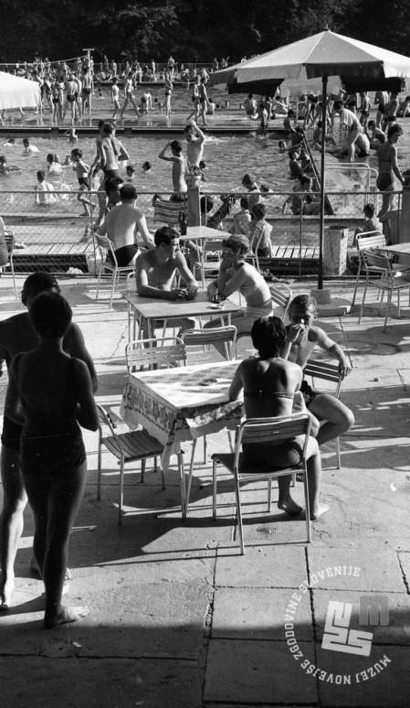 DE2276_6: Kopalci na kopališču Mariborski otok, junij 1962. Foto: Svetozar Busić.