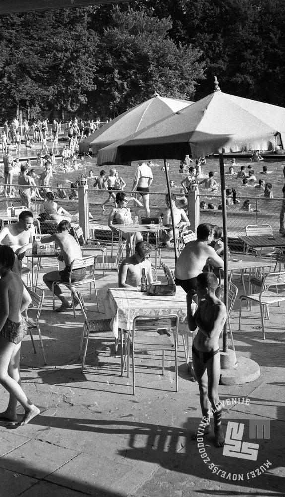 DE2276_7: Kopalci na kopališču Mariborski otok, junij 1962. Foto: Svetozar Busić.