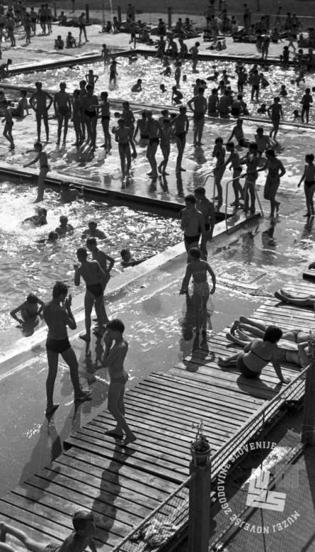 DE2276_9: Kopalci na kopališču Mariborski otok, junij 1962. Foto: Svetozar Busić.