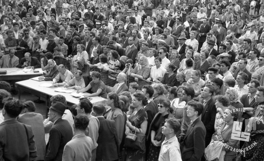DE244_11: Žrebanje jugoslovanske loterije. Junij / julij 1957. Foto: Svetozar Busić, hrani: MNZS.