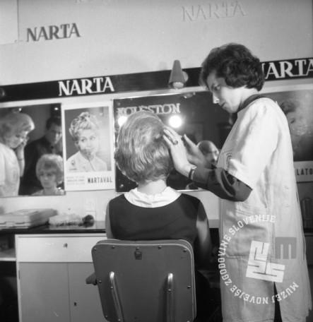 DE2859_1: Demonstracije novih frizur v Narta salonu. Ljubljana, oktober 1964. Foto: Svetozar Busić, hrani: MNZS.