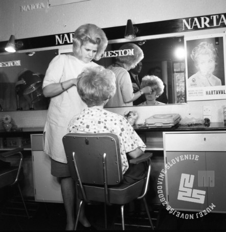 DE2859_2: Demonstracije novih frizur v Narta salonu. Ljubljana, oktober 1964. Foto: Svetozar Busić, hrani: MNZS.