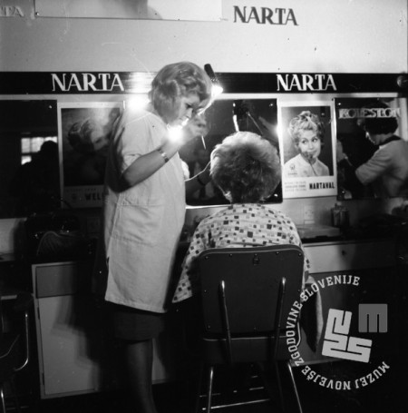 DE2859_3: Demonstracije novih frizur v Narta salonu. Ljubljana, oktober 1964. Foto: Svetozar Busić, hrani: MNZS.