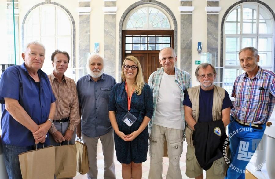 Zbrani fotografi / fotoreporterji z leve: Nace Bizilj, Janez Bogataj, Janez Pukšič, direktorica Muzeja dr. Kaja Širok, Miško Kranjec, Tone Stojko in Dragan Arrigler. Foto: Sarah Poženel, hrani MNZS.