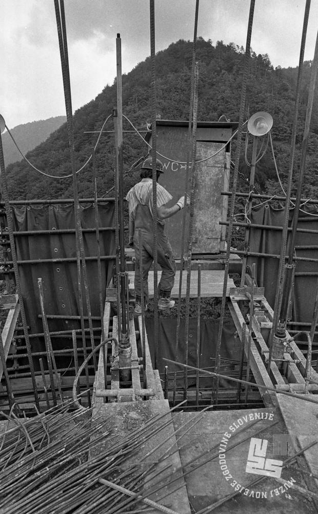 DE5580_750: Stranišče na vrhu dimnika. Trbovlje, maj 1975. Foto: Svetozar Busić, hrani: MNZS.