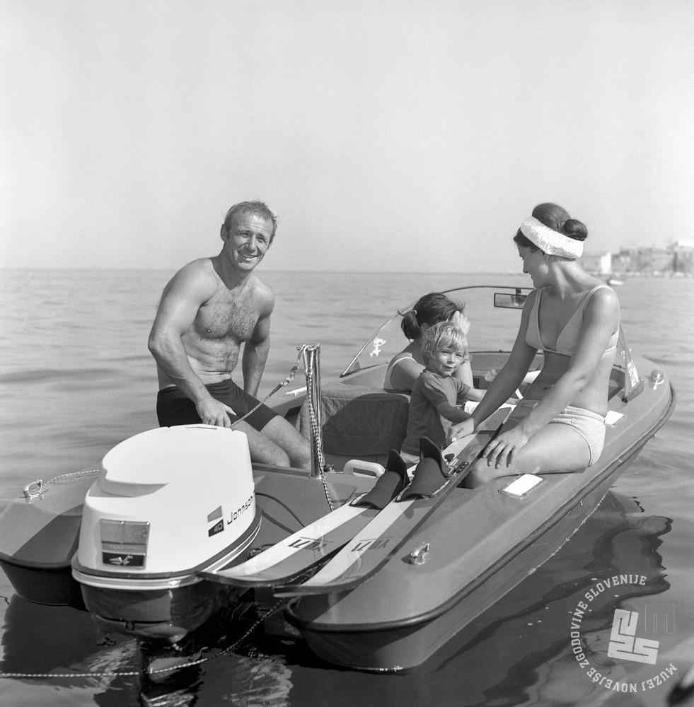 EPT2702_6: Jadranje na vodi, september 1971. Foto: Matija Jurovič, hrani MNZS. Levo družina Svet, deklica Mateja Svet, desno Marjana Lampič.