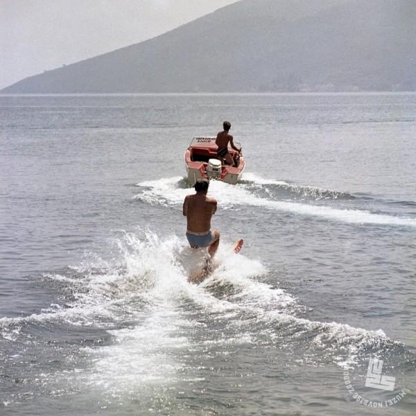 KOc_550: Smučanje na vodi, 1972. Foto: Jože Mally, hrani: MNZS.