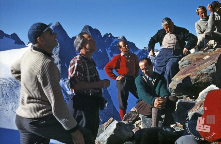 KA_5643OBZ mednarodnega srečanja IKAR (Medn. komisije za gorske reševalce): 3. z l. Marjan Keršič – Belač, kipar, alpinist, gorski reševalec, inštruktor in gorski vodnik; 4. z l. Andrej More – »Gandi«, alpinist in gorski reševalec; 5. z l. dr. Rudi Campell, zdravnik švicarske gorske reševalne službe, Švica, 1959. Barvni diapozitiv, leica, inv. št.: KA5643. Foto: Aleš Kunaver.