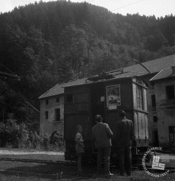 DE1403a_12: Gozdna železnica v Mislinji in kričeč oglasni plakat. Leto 1957. Foto: Dušan Gostinčar.