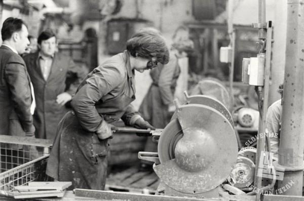 NB 1575/59: Delavka v tovarni Gorenje, Velenje, maj 1985. Foto: Nace Bizilj
