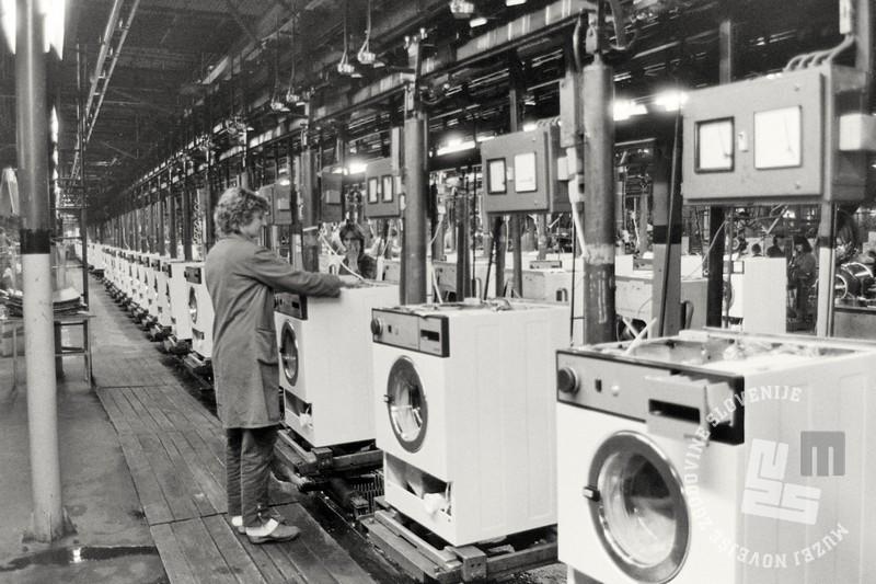 NB 1585/68: Pogled na proizvodni tekoči trak pralnih strojev v tovarni Gorenje, Velenje, maj 1984. Foto: Nace Bizilj