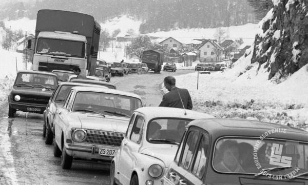 DE7960_341: Nevšečnosti na cesti. 10. november 1979. Foto: Miško Kranjec, hrani: MNZS.