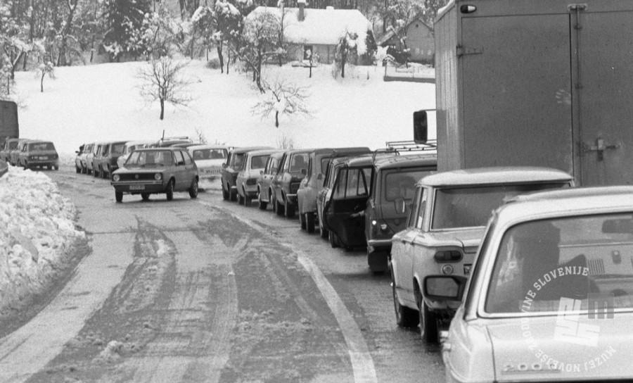 DE7960_344: Nevšečnosti na cesti. 10. november 1979. Foto: Miško Kranjec, hrani: MNZS.