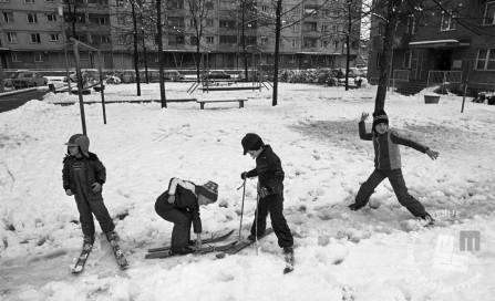 DE7961_333: Otroške zimske radosti. Ljubljana, 10. november 1979. Foto: Miško Kranjec, hrani MNZS.