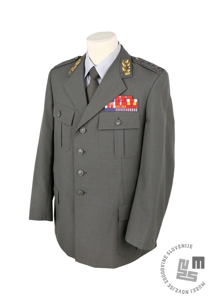 Bluza »letne« zimske službene uniforme generalpolkovnika JLA. Leta 1980 jo je nosil poveljnik ljubljanske armadne oblasti Franc Tavčar – Rok. Bluzo hrani Muzej novejše zgodovine Slovenije