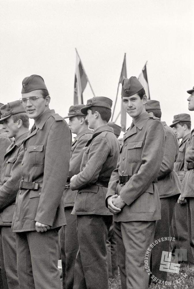 Vojaki iz vojašnice Jožeta Gregoriča – Gorenjca v Škofji Loki v običajnih zimskih in planinskih uniformah. Fotografija je nastala ob svečani zaprisegi mladih obveznikov konec oktobra 1981 v Dražgošah. Foto: Janez Bogataj