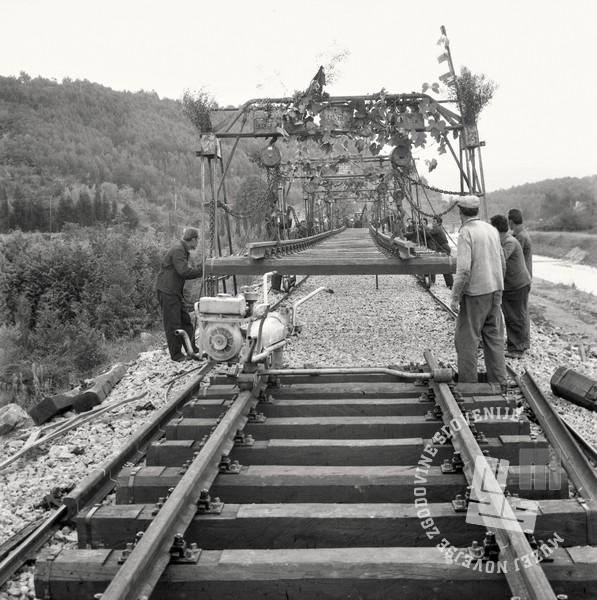 1 DE3887_292: Dograditev še zadnjega kilometra tirov na železniški progi Prešnica–Koper, julij 1967. Foto: Svetozar Busić, hrani: MNZS