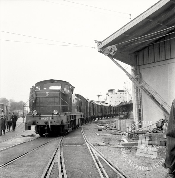 3 DE3893_276: Prihod prvega vlaka, ki je v koprsko pristanišče iz Ljubljane na otvoritveno slovesnost pripeljal pomembne državnike, Koper, 2. december 1967. Foto: Svetozar Busič, hrani: MNZS