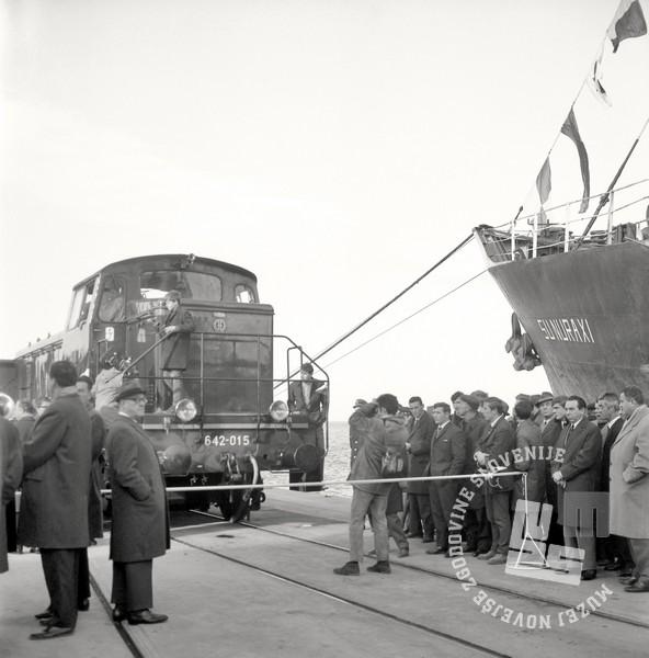 4 DE3950_251: Slovesno okrašena lokomotiva, pripravljena na prvo uradno vožnjo, Koper, 2. december 1967. Foto: Svetozar Busić, hrani: MNZS
