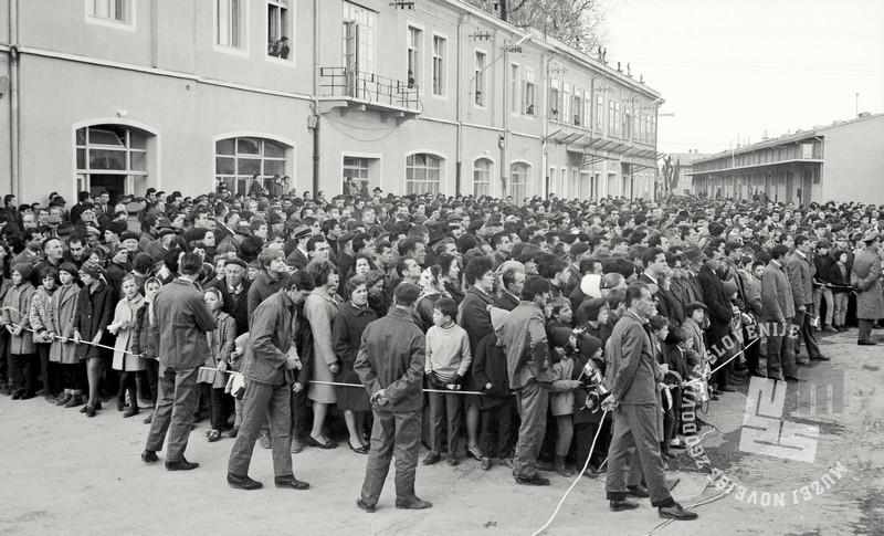 5 FSII2067_162: Zbrana množica obiskovalcev v Luki Koper, Koper, 2. december 1967. Foto: Sašo Bernardi, hrani: MNZS