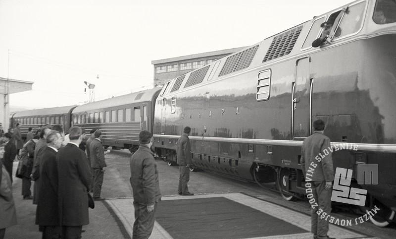 6 FSII2067_184: Prihod Modrega vlaka, ki je na otvoritveni dan v Luko Koper pripeljal Josipa Broza – Tita, Koper, 2. december 1967. Foto: Sašo Bernardi, hrani: MNZS