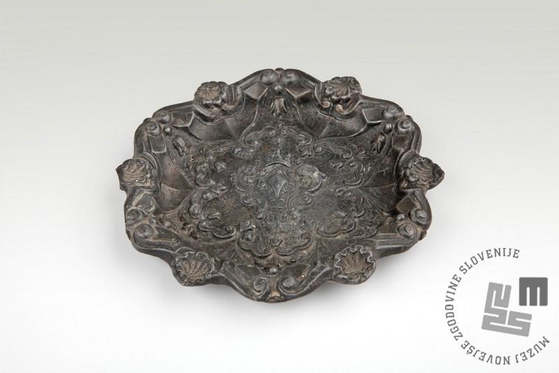 Svinčen pepelnik iz zapuščine Karla Česnika (Muzej novejše zgodovine Slovenije)