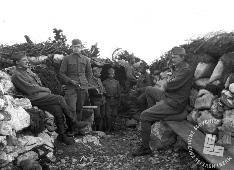 Karel Česnik v strelskem jarku v gorah nad Kanalsko dolino (Muzej novejše zgodovine Slovenije)