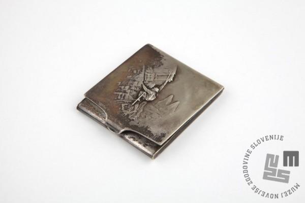 Kovinska škatlica za vžigalice iz zapuščine Henrika Obereignerja (družinska last, hrani Angelika Hribar)