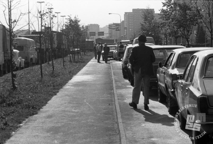 JBokt1982007: Vrsta pred Petrolovo bencinsko črpalko na Celovški cesti v Ljubljani, oktober 1982. Foto: Janez Bogataj, fond Janeza Bogataja, hrani MNZS.