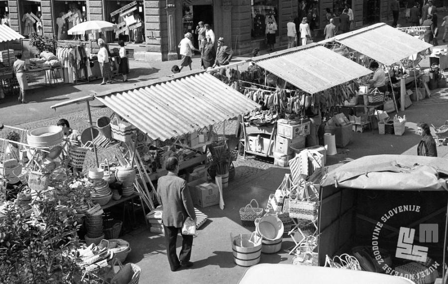 DE5801/2: Prodaja lesenih izdelkov na Čopovi, september 1970. Foto: Svetozar Busić, hrani: MNZS.