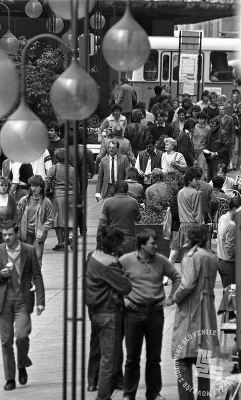 DE7423/6: Množica na Čopovi ulici med delovnikom. Ljubljana, maj 1984. Foto: Dragan Arrigler, hrani: MNZS