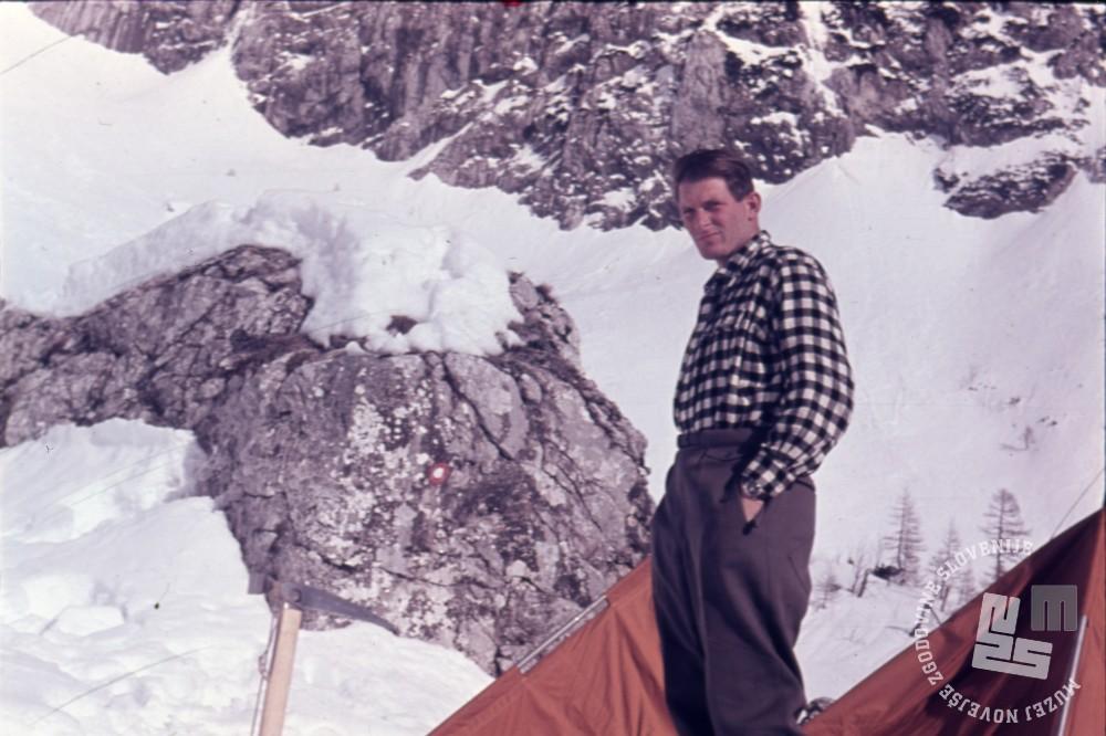 Aleš Kunaver na Kamniškem sedlu, kjer so pred odhodom na Trisul leta 1960 preizkušali opremo. Foto: eden od članov odprave, hrani Muzej novejše zgodovine Slovenije.