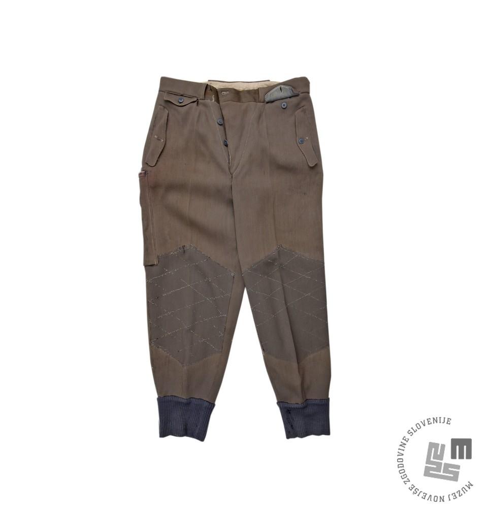 Alpinistične hlače , ki jih je nosil Aleš Kunaver med prvo jugoslovansko himalajsko odpravo na Trisul, Indija, leta 1960. Foto: Sašo Kovačič, Muzej novejše zgodovine Slovenije