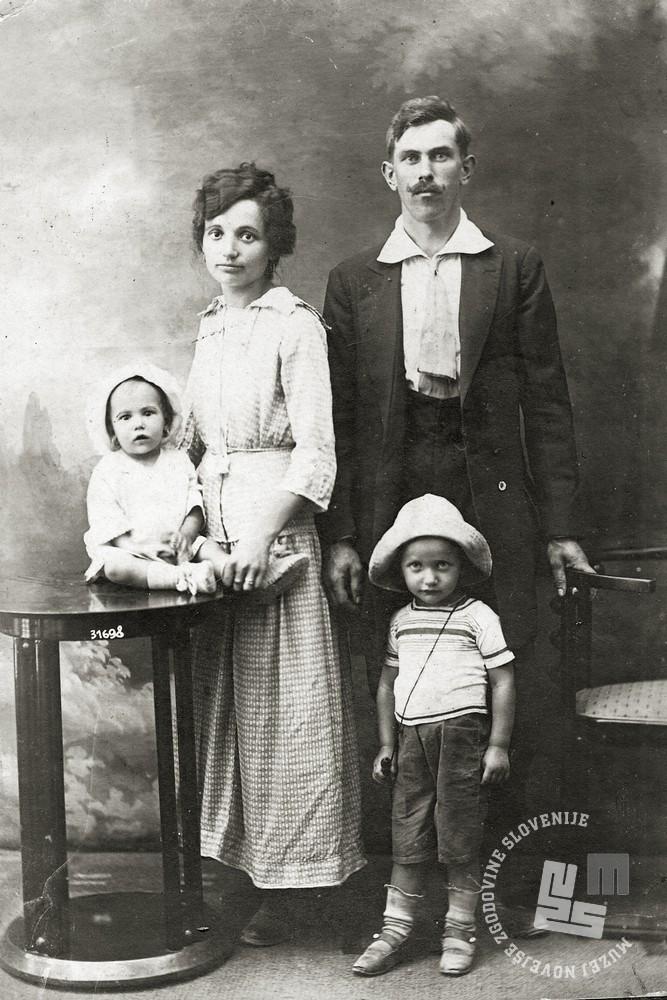Družina Vuga l. 1917, ko je oče Franc prišel s fronte na obisk družine. Na fotografiji ob njem žena Hortenzija Vuga (roj. Humar) ter otroka Franc (1914) in Julijana (1916). Foto: A. Tonke, begunsko taborišče Bruck na Litvi, hrani: družina Vuga.