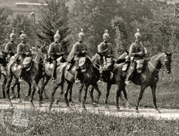 Oddelek 5. dragonskega polka na Gorenjskem v letih pred prvo svetovno vojno. Konjenico skupne vojske so ob dragoncih sestavljali še huzarji in ulanci. Svoje konjeniške polke sta imeli tudi madžarsko (Honved) in avstrijsko (Landwehr) domobranstvo. Prvi huzarje, drugi ulance in po en divizion tirolskih in dalmatinskih deželnih strelcev. (Muzej novejše zgodovine Slovenije).