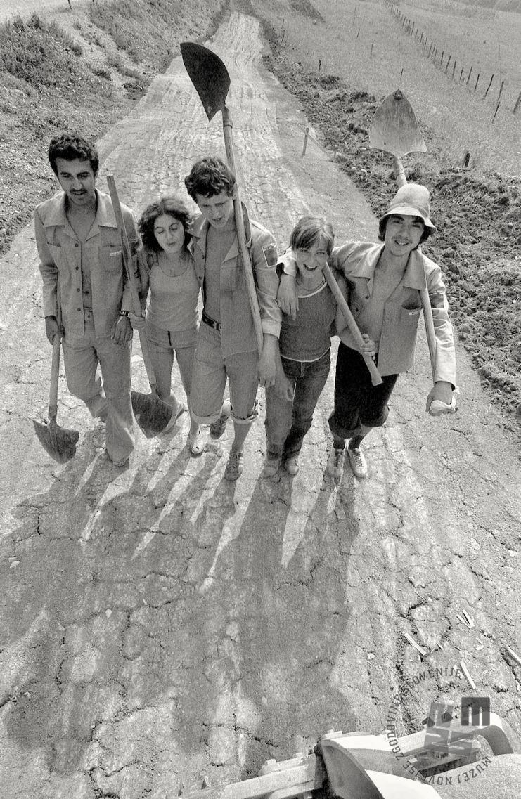 Na mladinski delovni akciji, Kozjansko, 21. 7. 1976. Foto: Tone Stojko, hrani Muzej novejše zgodovine Slovenije.