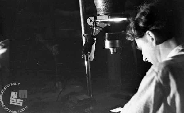 889/12: Zdravko Kržišnik pri razvijanju povečav iz negativa, Črnomelj, 28. 3. 1945. Foto: France Cerar, hrani: MNZS.