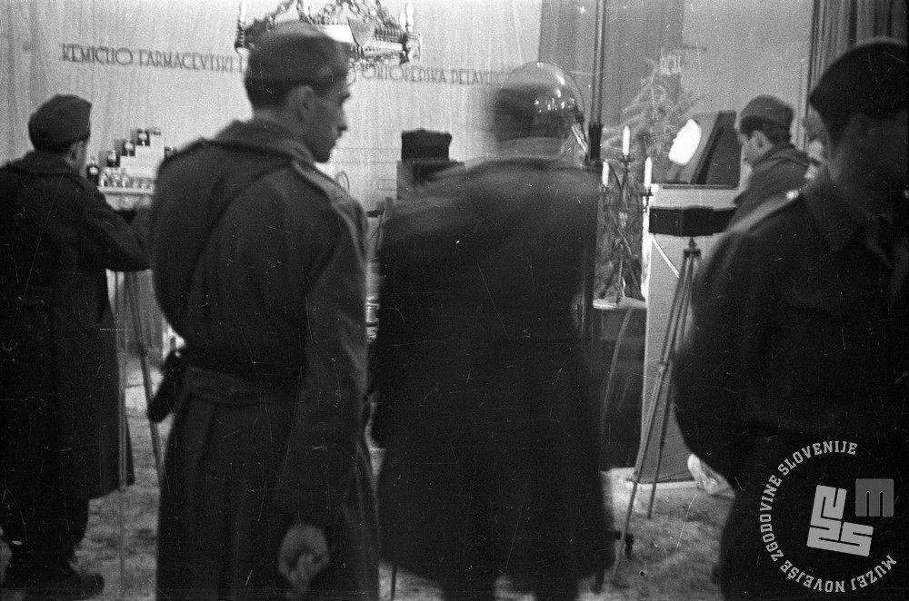 919/25: Fotografiranje razstave delavnic 7. korpusa, Črnomelj, 4. 3. 1945. Foto: Kos Alfred, hrani: MNZS.