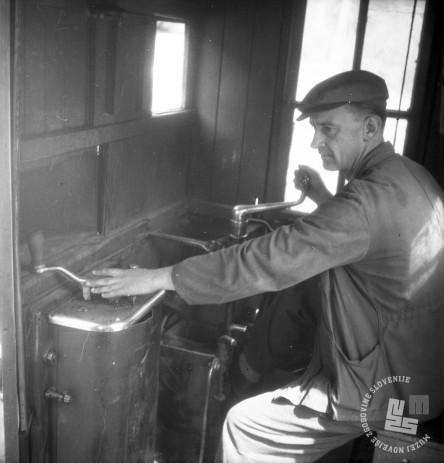 DE1403a_11: Zavirač na vagonu. Gozdna železnica v Mislinji, leto 1957. Foto: Dušan Gostinčar, hrani: MNZS.