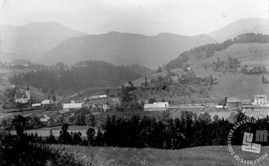 SL2453: Pogled na Mislinjo - cerkev sv. Lenarta, v ozadju gora Kozjak. Mislinja, obdobje med obema svetovnima vojnama. Foto: neznan, hrani: MNZS.