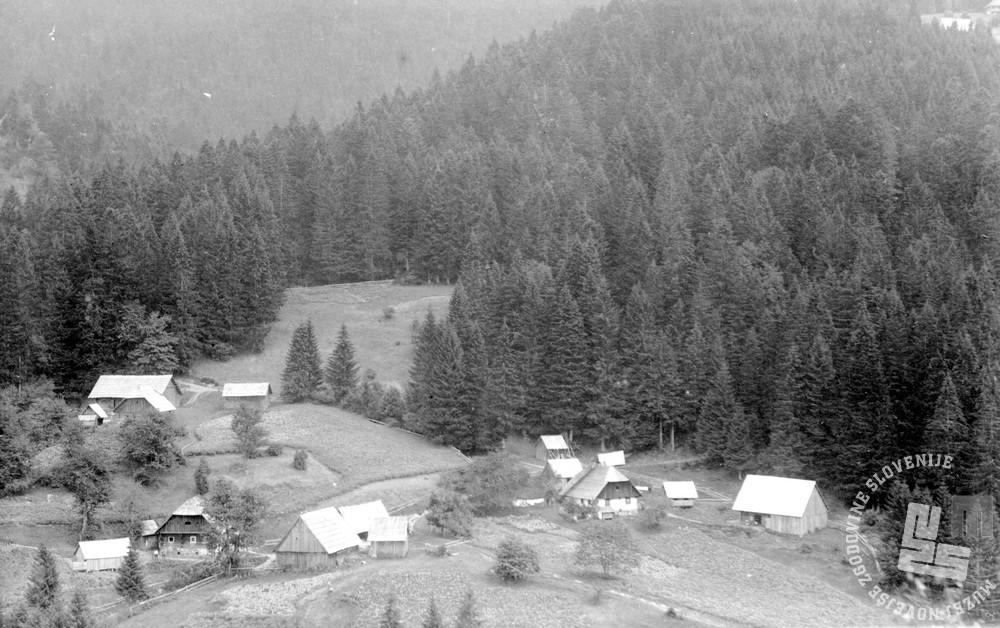 SL2454: Mislinja; Komisija, partija delavskih hišic velepodjetja Perger. Mislinja, obdobje med obema svetovnima vojnama. Foto: neznan, hrani: MNZS.